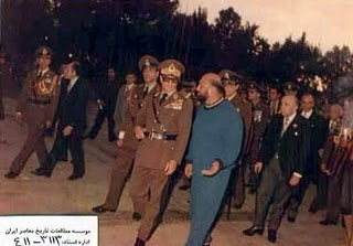 اعلیحضرت محمد رضا پهلوی! در حال مشاوره با مسول ستاد انتخاباتی! خود ، شعبان بی مخ