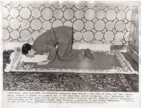 اعلیحضرت محمد رضا شاه دیکتاتور ایران در هنگام نماز