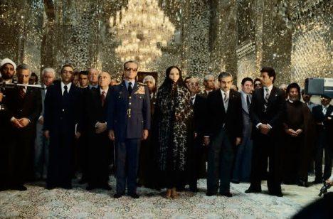 محمد رضا پهلوی و فرح دیبا در مشهد مشغول زیارت